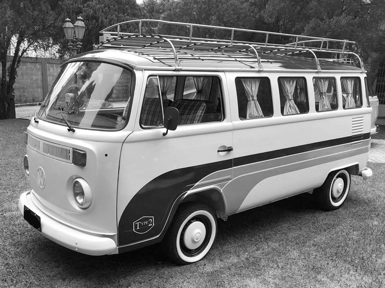 VW Kombi Camper Branca e Azul 1983 – Tema Surf