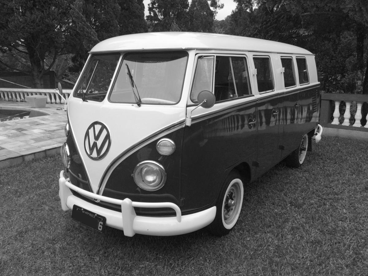 VW Kombi 6 Portas Azul Escuro e Branca 1975
