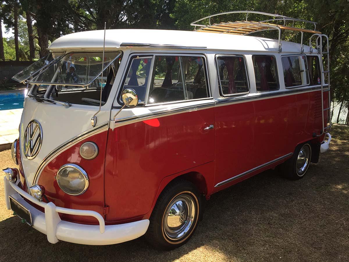 VW Kombi Luxo Vermelha e Branca 1973