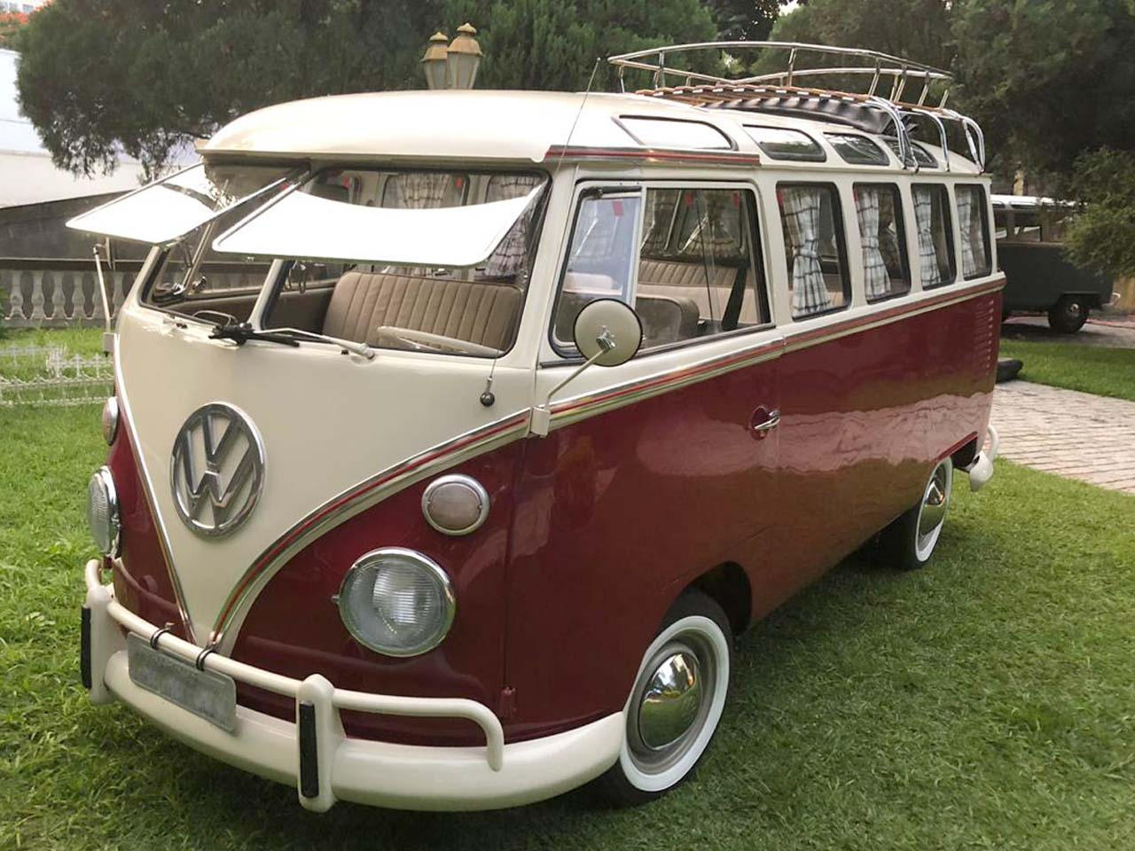 VW Kombi Samba Vermelho Cereja e Branca 1975