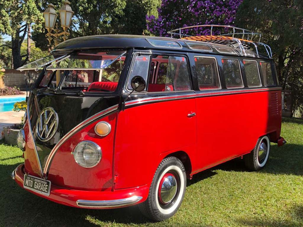 VW Kombi Samba Preta e Vermelha 1972