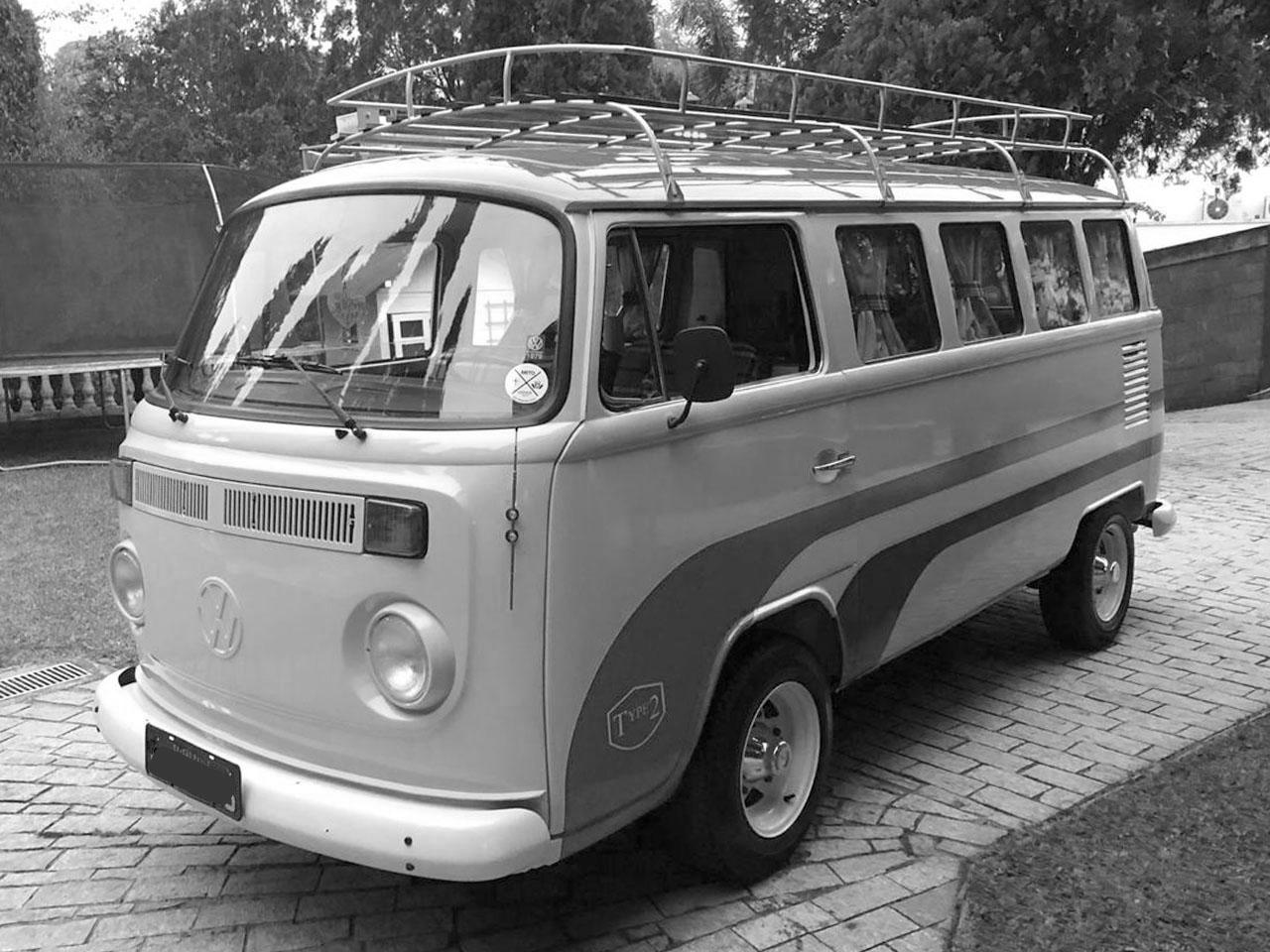 VW Kombi Camper Bege e Vermelha 1979 – Tema Romântico